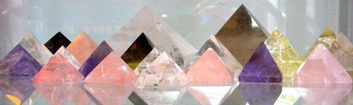 Pirámides de piedras naturales, cuarzos cristal de roca, cuarzos amatista, cuarzos rosa, cuarzo citrino y muchas más.