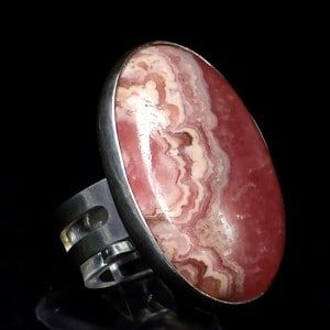 Espectacular anillo de Rodocrosita fabricado en plata de ley 925. Piedra con forma de cabujón procedente de tierras Argentinas. joyas de rodocrosita