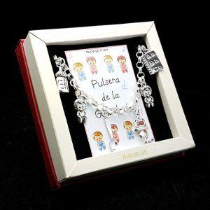 Pulsera fabricada en plata que lleva colgantes con motivos relacionado con las guardería: biberón, bebé niño, cuchara, chupete, bebé niña, cuaderno.