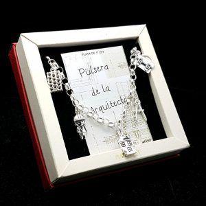 Pulsera fabricada en plata que lleva colgantes con motivos relacionado con el oficio de arquitecto: ladrillo, muñeco de arquitecto, vivienda, compás, maletín