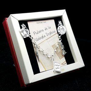 Pulsera fabricada en plata que lleva colgantes con motivos relacionado con la filólogía inglesa: maletín, bolígrafo, diccionario, gafas, shakespeare
